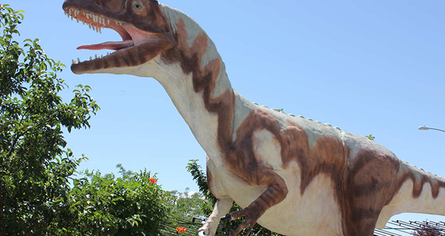 18 life-sized models of dinosaurs stalk the premises of Utah Field House of Natural History State Park Museum.