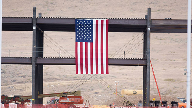 An American Flag Hangs Over Tesla S Northern Nevada Gigafactory The Building Helped To Make Only Large Carmaker Which Made 100 Of Its Vehicles